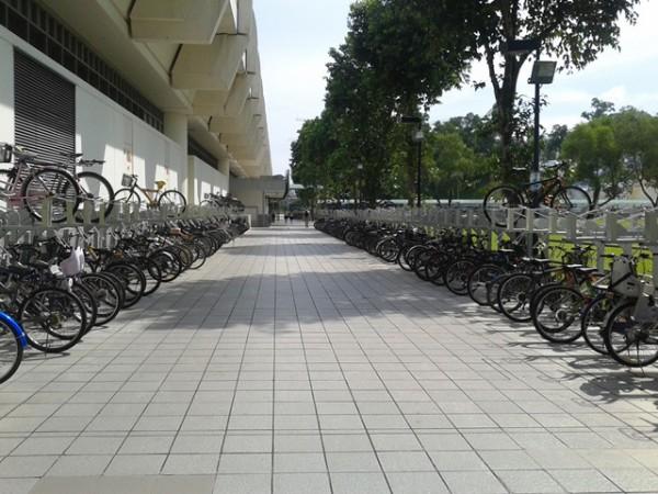 Parkir sepeda di salah satu mall Singapura.